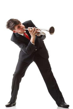 trompeta: Retrato de un joven tocando su trompeta toca fondo blanco