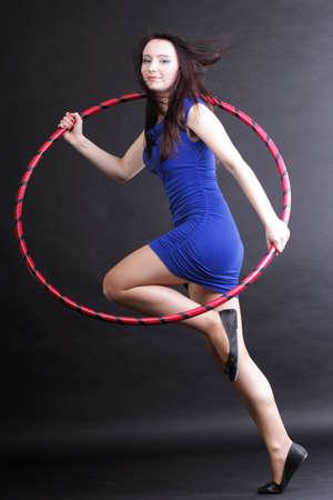sport wear: Hermosa mujer en un desgaste del deporte. Gimnasio, danza del aro ejerce fondo negro Foto de archivo