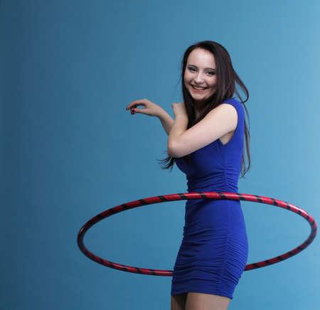 sport wear: Hermosa mujer en un desgaste del deporte. Gimnasio, danza del aro ejerce fondo azul Foto de archivo