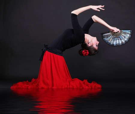 Attraente ballerino spagnolo su nero flamenco giovane donna sfondo