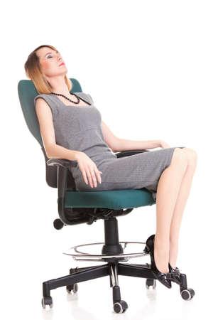 Longitud total de joven mujer de negocios sentado en la silla sobre fondo blanco relajarse
