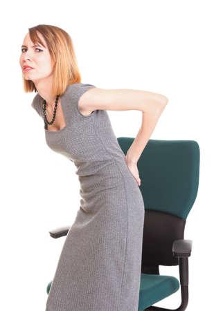 Mujer de negocios con dolor de espalda despu�s de trabajar mucho en la silla. Aislado sobre fondo blanco