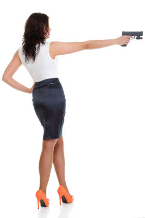 Giovane donna bruna con la pistola isolato su bianco Lunghezza totale
