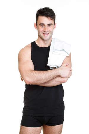El hombre joven y saludable con una toalla sobre fondo blanco