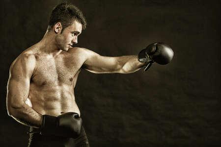 Retrato boxeador de los deportistas, en estudio contra el fondo oscuro Foto de archivo