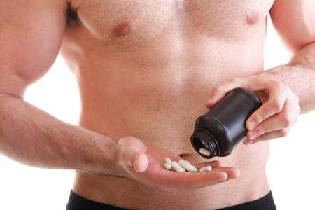 Hombre p�ldora de vitaminas o arrastrar tabletas aisladas en una pastilla que ofrece y las p�ldoras en una botella - en otro lado. Copia las cajas de espacio con los suplementos