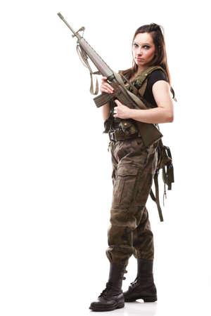 Bella mujer con ni�a de rifle de pl�stico Militar del Ej�rcito sosteniendo la pistola aislado fondo blanco Foto de archivo