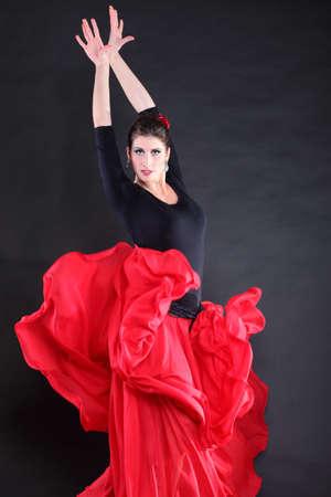 Attraente ballerina spagnola su nero flamenco giovane donna di sfondo Archivio Fotografico