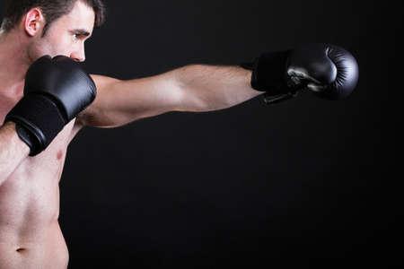 Ritratto boxer sportivo in studio su sfondo scuro