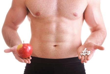 naturale mela vitamina o trascinare Man pillola tablet isolato pillola offerta in uno e pillole in bottiglia - in un'altra mano. Copia scatole spaziali con gli integratori Archivio Fotografico