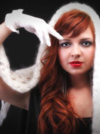gant blanc: belle rousse - gant blanc chaud foulard Jeune belle femme aux cheveux les yeux rouges bleu
