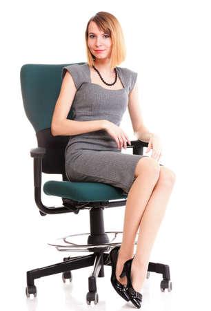 Lunghezza completa di donna d'affari giovane donna seduta sulla sedia su sfondo bianco relax