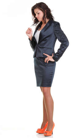 Mujer de negocios moderno y mirando sonriente, retrato de cuerpo entero sobre fondo blanco. Foto de archivo