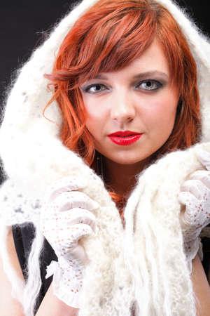 gant blanc: belle rousse - gant blanc chaud foulard Jeune belle femme aux cheveux rouge yeux bleu Banque d'images