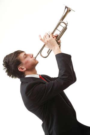trompette: Portrait d'un homme de jazz jeune jouant de sa trompette sur fond blanc