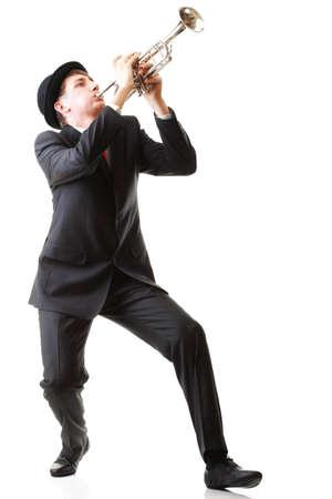 trompeta: Retrato de un hombre joven que toca su trompeta toca fondo blanco aislado