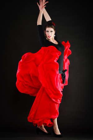 Arte. Longitud total de chica sexy española atractiva mujer de rojo bailando falda larga danza del flamenco tradicional. Foto de archivo
