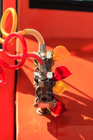 Primo piano rosso collegamenti aerei gialli tubi di macchinari industriali dettaglio