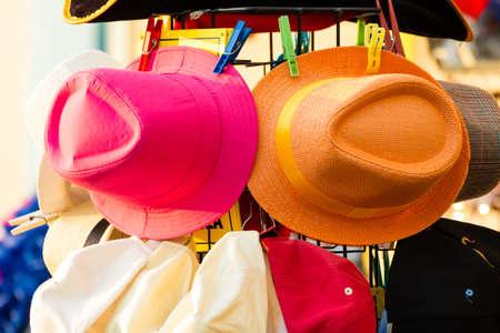 chapeau paille: chapeaux d'�t� � vendre dans un ext�rieur �tal de march� Banque d'images