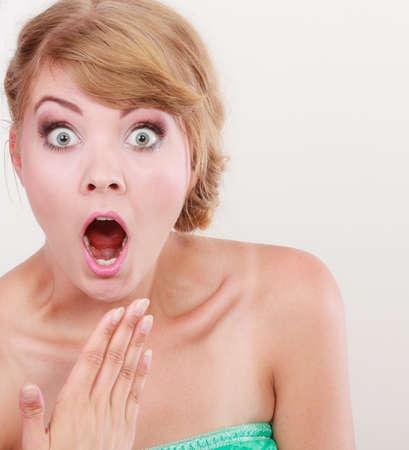 femme bouche ouverte: Emotional expression faciale grande femme aux yeux en regardant fille surpris bouche ouverte geste de la main