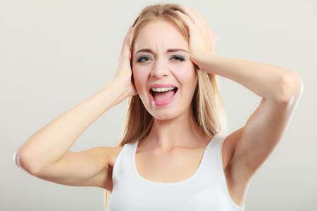oido: Las emociones negativas humanos, expresiones faciales, actitud de reacción. Primer mujer joven estresado cubre los oídos con las manos Foto de archivo