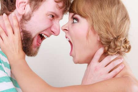pareja enojada: dificultades de relaci�n. Mujer enojada y hombre gritando el uno al otro. Cara a cara. Pareja Furia Foto de archivo