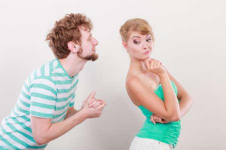 pardon: Quelques conflit. Probl�me de relation. Boyfriend essayer de convaincre petite amie. Man demandant forgivness. Mari excuses femme. Malheureux, boulevers�, femme en col�re refuse excuses. Banque d'images