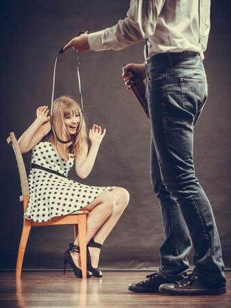copule: El alcoholismo y el problema de la violencia. El hombre botella celebraci�n alcoh�lica golpear a su esposa asustada con la correa. La mujer es v�ctima de abuso dom�stico.