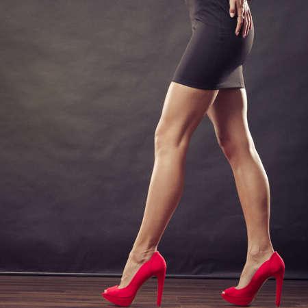 tacones rojos: La moda femenina. Tacones rojos Primer dispararon zapatos de moda en las piernas femeninas sexy