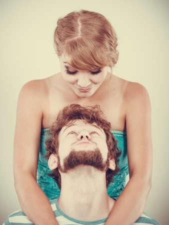 haciendo el amor: Divertido joven pareja amorosa juguetona que hace la cara tonta rubia chica y chico con barba tiro del estudio