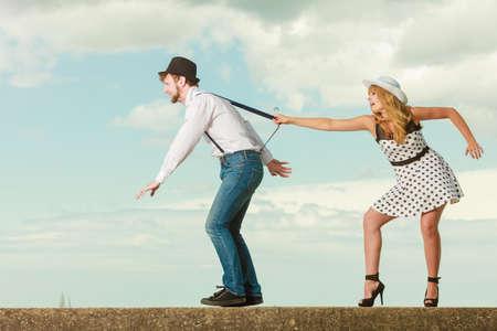 祝日愛関係そして交際のコンセプト - 海海岸、男は彼のガール フレンドから実行して再生いちゃつくロマンチックなカップルは遊び心のあるレトロ 写真素材