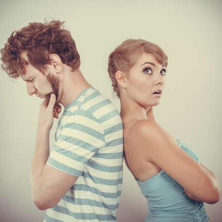 pelea: Mala relaci�n de conceptos. Hombre y mujer en desacuerdo. Joven pareja despu�s de la pelea ofendido espalda con espalda, sin hablar el uno al otro