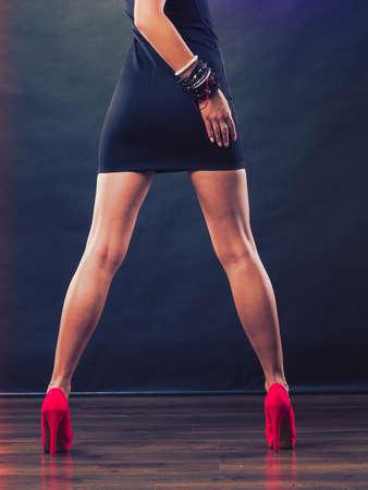 女性のファッション。クローズ アップ赤いハイヒール女性のセクシーな脚のファッショナブルな靴のスパイク