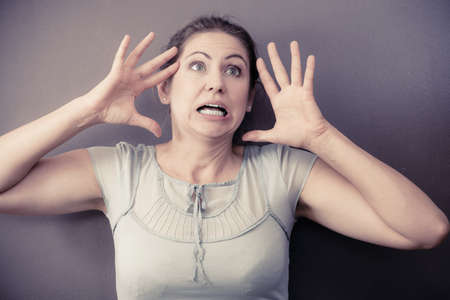 caras emociones: El estrés y el concepto de la desesperación. De mediana edad destacó retrato de la mujer femenina malestar enojado. Expresión de la cara de emoción. Humana en la reacción plazo. Foto de archivo