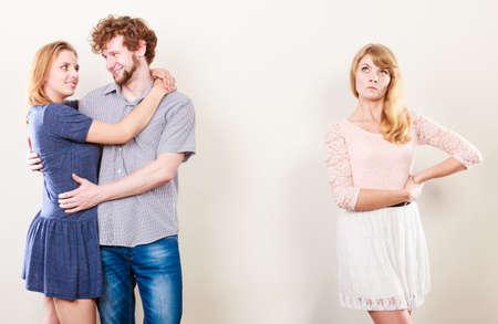 celos: Los celos y el concepto de traici�n. Muchacha abandonada sin amor viendo en abraz�ndose feliz pareja. Relaci�n Tri�ngulo.