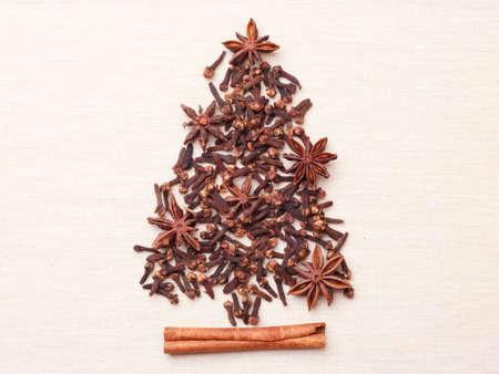Arbre de Noël fabriqués à partir d'épices brunes bâton de cannelle anis étoiles et les clous de girofle sur toile de fond Banque d'images - 49189060