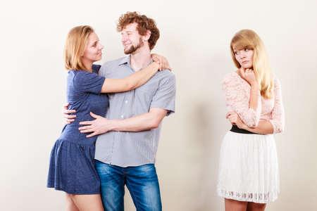 celos: Los celos y el concepto de traición. Muchacha abandonada sin amor viendo en abrazándose feliz pareja. Relación Triángulo.