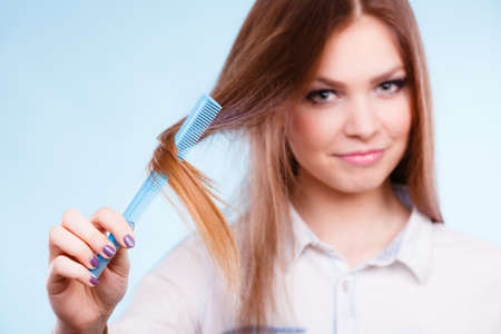 coiffure: Care coiffure haidressing professional beauty concept. Girl with comb. Young smiling lady combing hairs changing haistyle.