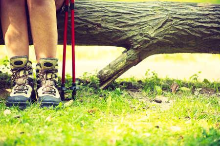persona caminando: supervivencia al aire libre del deporte del ocio relaje concepto. Persona que viaja en el camino de tierra. Joven excursionista durante el viaje. Foto de archivo