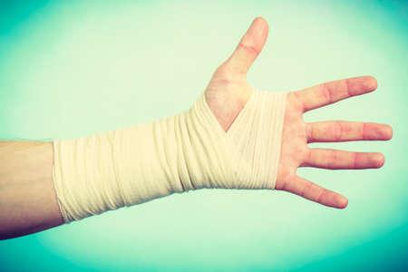 luxacion: Las fracturas y dislocaciones concepto. Mano masculina en el vendaje blanco. medicamentos �tiles para el brazo de palma dolorosa de la joven.