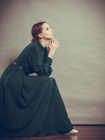 Triest vrouw retro stijl portret lange donkere jurk, vintage foto