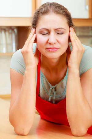 cabeza de mujer: Mujer que sufre de dolor de cabeza de migraña. Hincapié en las mujeres. Foto de archivo