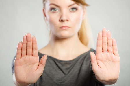 コミュニケーション心理学否定的な防御的な概念。強引な女性作る停止ジェスチャ。強力なブロンドの女性を示す記号を保持します。
