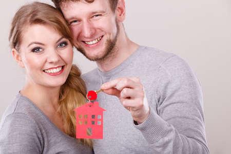 주택 보안 가족 사랑 로맨스 furute 계획 재정 개념. 집 열쇠와 함께 몇 가지. 가정 펜 던 트 keyring 잡고 숙 녀와 가진 남자입니다.