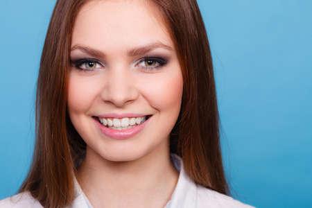 selfcare: La juventud y el autocuidado. Retrato de mujer joven y bonita en el maquillaje. Cara de la muchacha de la belleza con el pelo y el maquillaje colado recta ocasional.