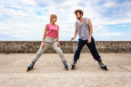 Actividades del deporte al aire libre y afición. Ejercicios para el cuerpo sano y fuerte .. Amigos estirar juntos tienen patines de montar divertidas