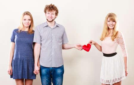 Las relaciones y sentimientos en triángulo. Relación feliz de tres personas. Dos mujeres que tienen un solo hombre. Concepto de amor prohibido.