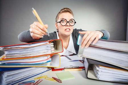Amministrazione workaholism concetto impiegato Corporation. pazza in ufficio. Giovane signora arrabbiata alla scrivania facendo lavoro di ufficio. Archivio Fotografico