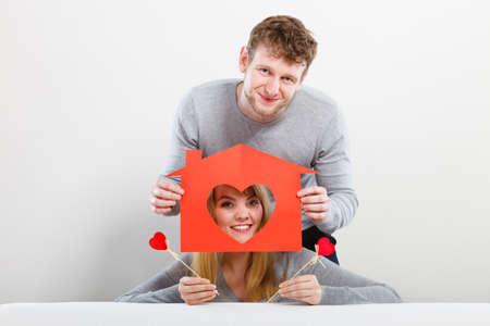 buen vivir: Vida juntos. En primer gran paso en la relación. joven pareja sonriente en el amor sueño plan de futuro en su nuevo hogar casa. Preciosa matrimonio enamorado lleno de buenos sentimientos.