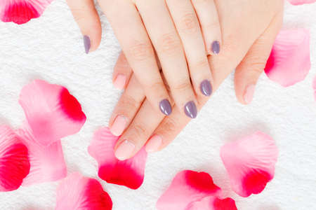 uñas pintadas: mujer irreconocible presentar sus hermosas uñas de gel híbridos pintadas. concepto de cuidado de las uñas. Foto de archivo